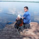 Папа с сыном ловят рыбу