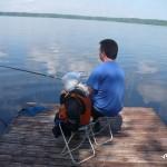 Сын с отцом ловят рыбу