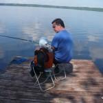 Отец учит сына ловить рыбу