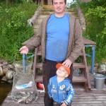 Рыбаки несут садок с рыбой