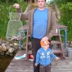 Папа с сыном показывают маме садок с рыбой