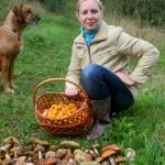 Девушка, собака и грибы